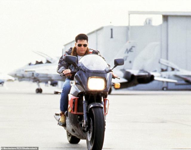 32 năm sau, Tom Cruise vẫn phong độ chạy xe phân khối lớn chở người đẹp-14