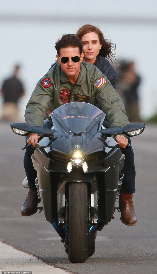 32 năm sau, Tom Cruise vẫn phong độ chạy xe phân khối lớn chở người đẹp-4