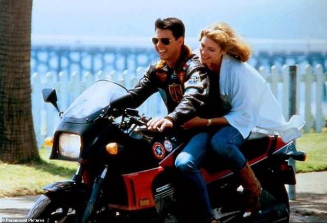 32 năm sau, Tom Cruise vẫn phong độ chạy xe phân khối lớn chở người đẹp-5