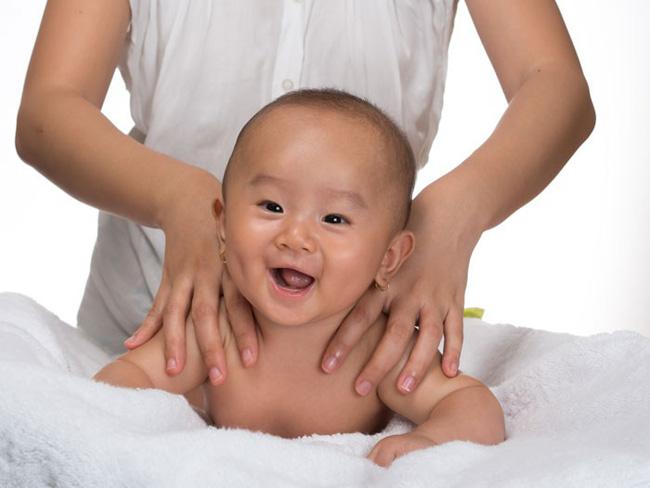 Bé 3 tháng tuổi chết sau khi massage, cảnh báo những trường hợp không được massage cho trẻ-3