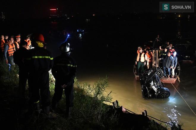 Biểu hiện bất thường của chiếc xe Mercedes trước khi xé thủng lan can cầu, lao xuống sông Hồng-1