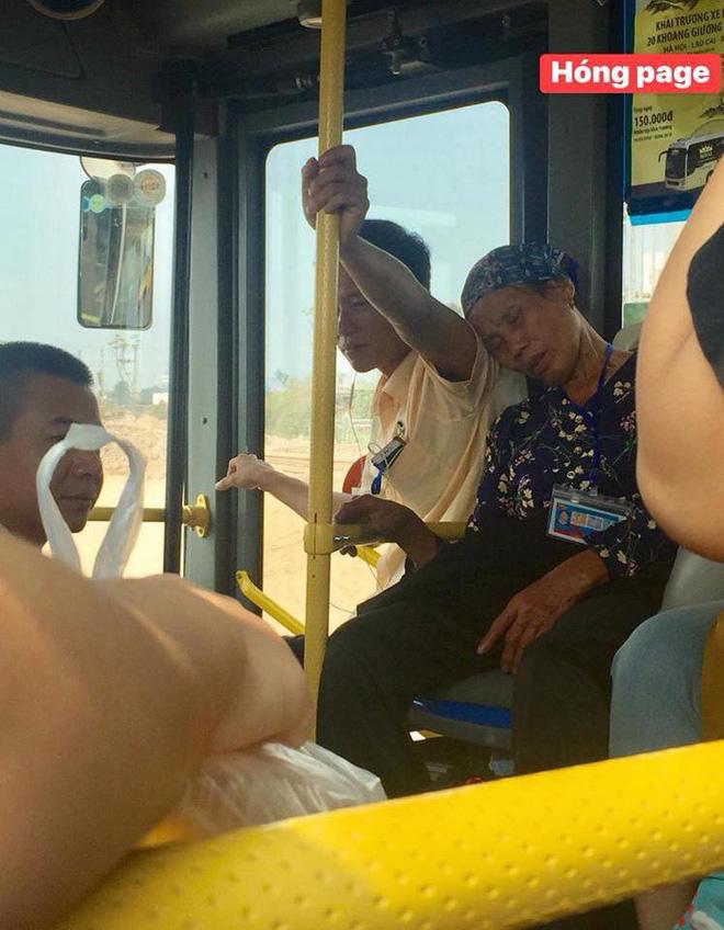 Trên xe buýt, cái ngả đầu của bà cụ và cánh tay căng cứng của nam thanh niên khiến hành khách chú ý-1
