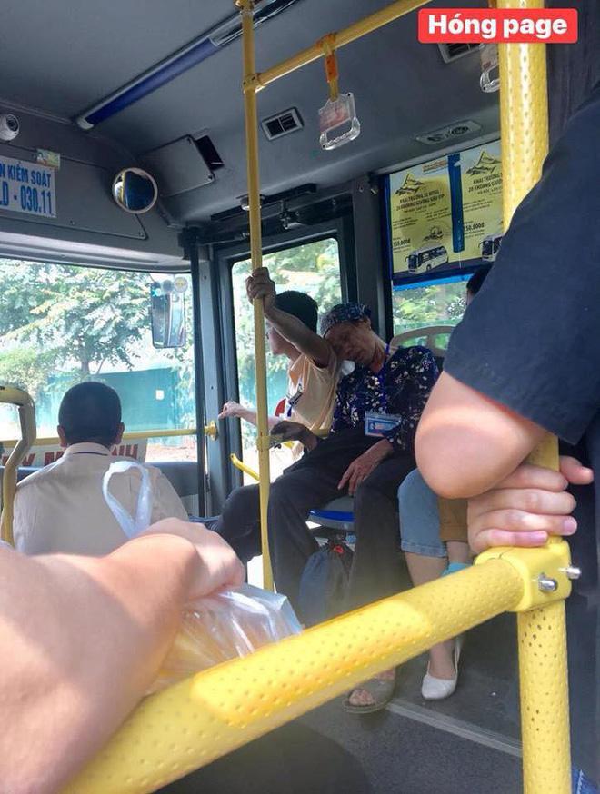 Trên xe buýt, cái ngả đầu của bà cụ và cánh tay căng cứng của nam thanh niên khiến hành khách chú ý-2