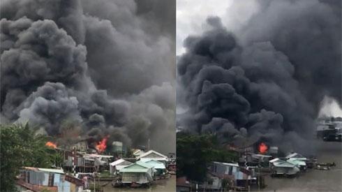 Biển lửa ngùn ngụt thiêu rụi dãy nhà ở chợ nổi Cái Răng