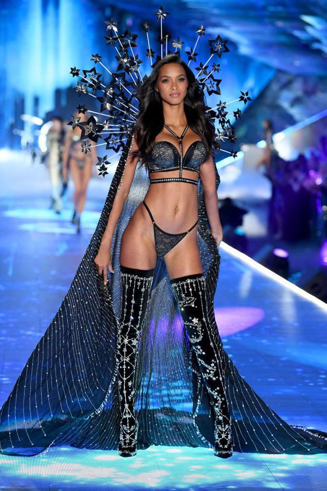 HOT: Chiêm ngưỡng những hình ảnh mãn nhãn của Victorias Secret Fashion Show 2018-17