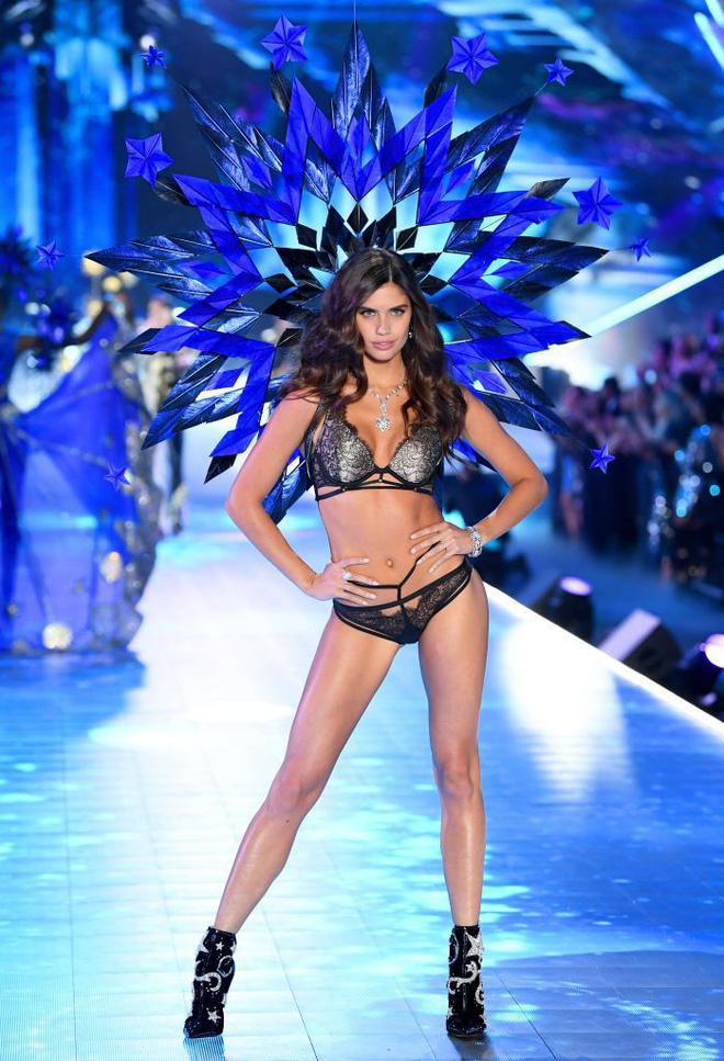 HOT: Chiêm ngưỡng những hình ảnh mãn nhãn của Victorias Secret Fashion Show 2018-16