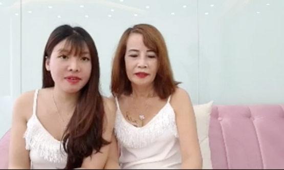 Livestream thay đến 4 bộ váy mát mẻ thể hiện độ chịu chơi, cô dâu 62 tuổi bị chỉ trích quá lố-2