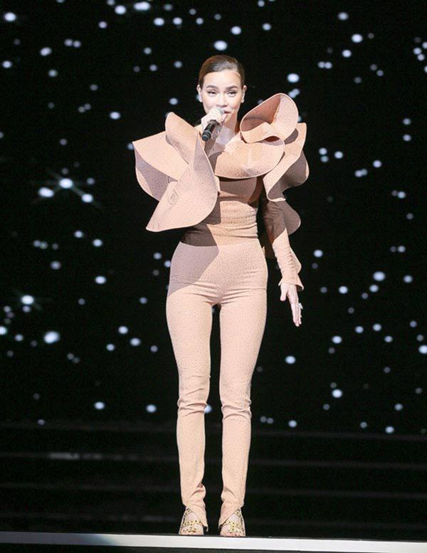 Mặc đồ diêm dúa, cũn cỡn, biểu tượng thời trang Hà Hồ cũng có lúc như thảm họa-9
