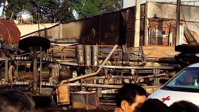 Xe bồn chở xăng tông cột điện rồi bốc cháy kinh hoàng, ít nhất 6 người tử vong-4