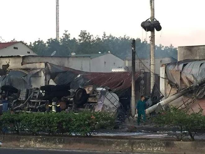 Xe bồn chở xăng tông cột điện rồi bốc cháy kinh hoàng, ít nhất 6 người tử vong-1