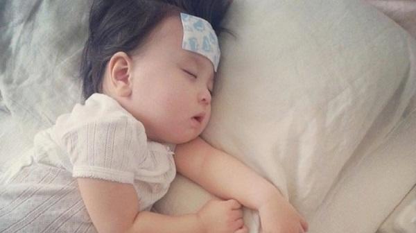 Sai lầm nghiêm trọng của mẹ  khi hạ sốt cho trẻ-1