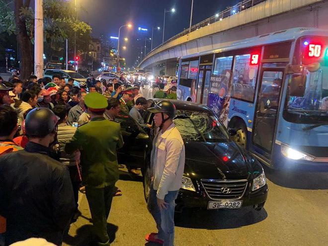 Xe Hyundai tông liên hoàn trên đường Trần Duy Hưng rồi bỏ chạy - hai bà bầu nhập viện-2