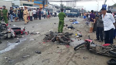 Xe đầu kéo container tông 25 xe máy, 4 người chết