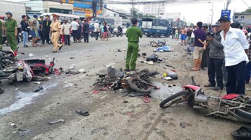 Xe container lao vào dòng xe dừng đèn đỏ, 3 người chết, hơn 10 người bị thương
