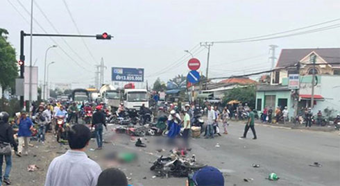 Tai nạn giao thông thảm khốc: Xe container lao vào 18 xe máy dừng chờ đèn đỏ, 4 người chết