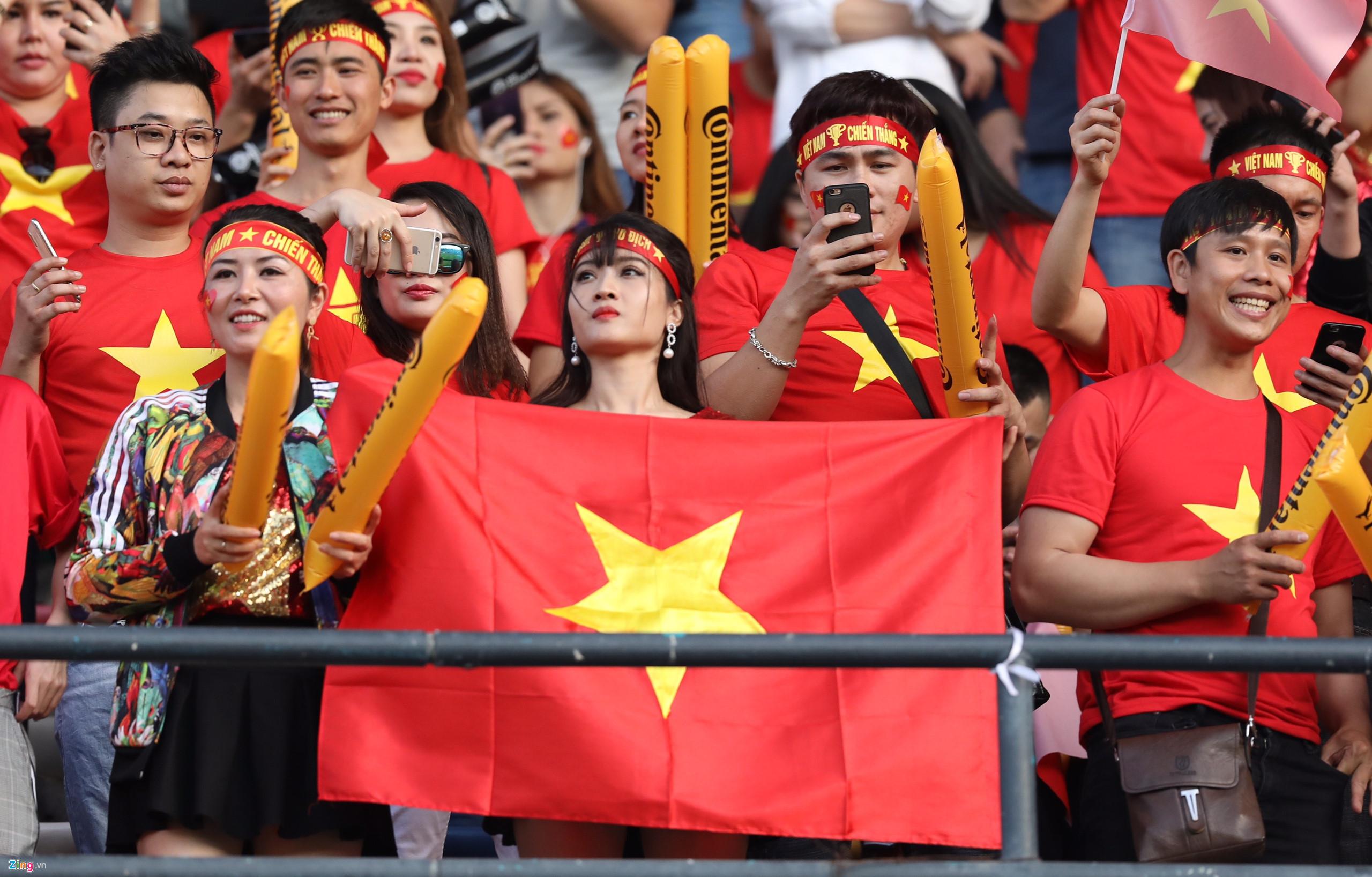 Hàng ngàn CĐV tiếp lửa cho đội tuyển Việt Nam đối đầu Iraq-18