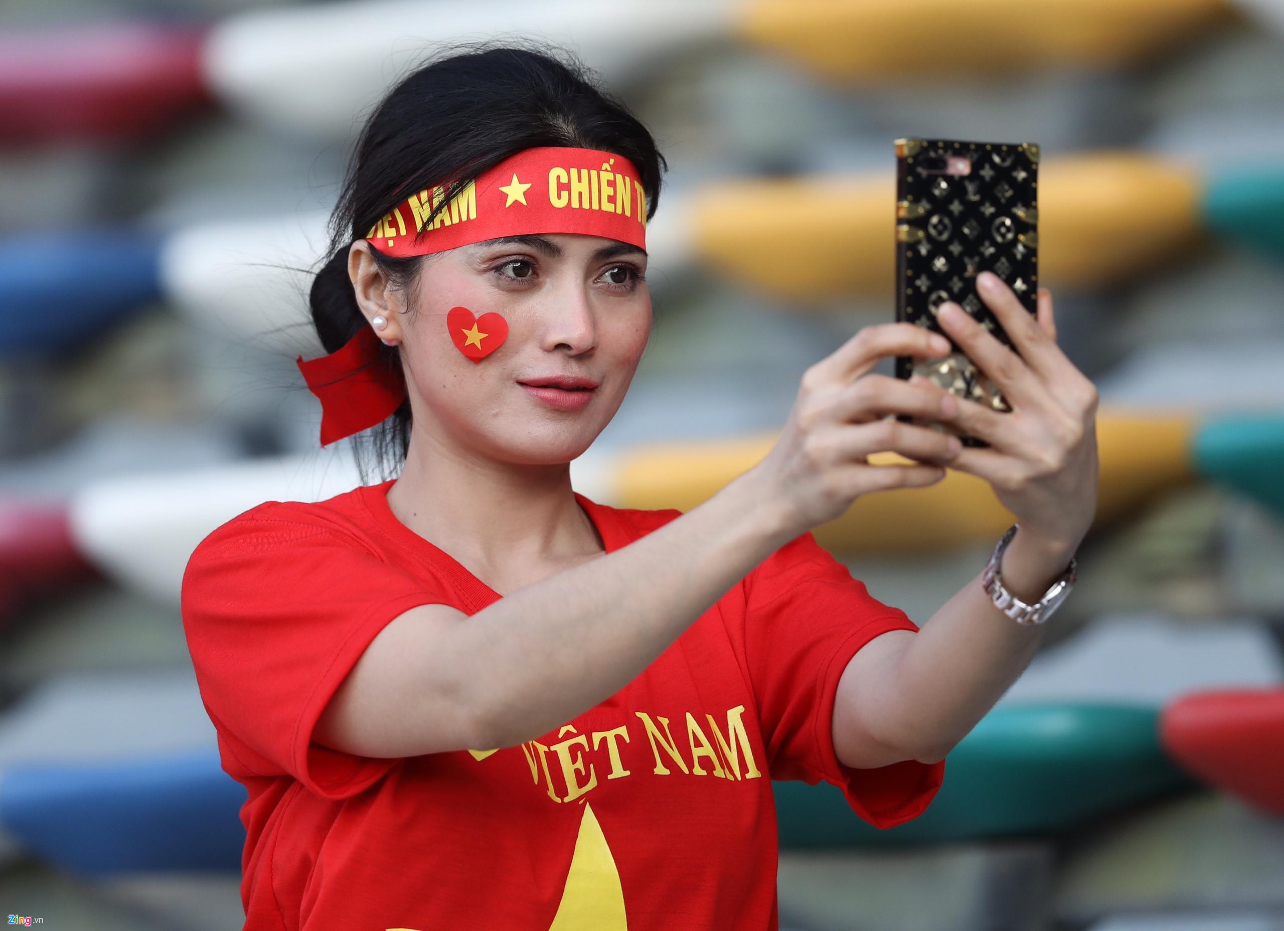 Hàng ngàn CĐV tiếp lửa cho đội tuyển Việt Nam đối đầu Iraq-19