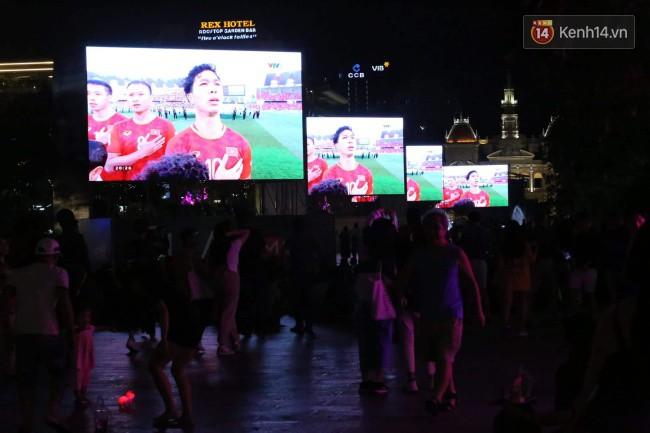Hàng ngàn CĐV tiếp lửa cho đội tuyển Việt Nam đối đầu Iraq-10