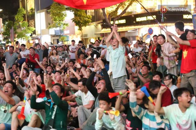 Hàng ngàn CĐV tiếp lửa cho đội tuyển Việt Nam đối đầu Iraq-6