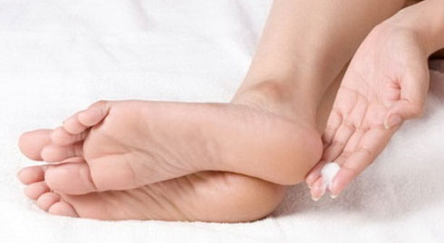 Cách trị nứt gót chân  không thể đơn giản hơn trong ngày đông