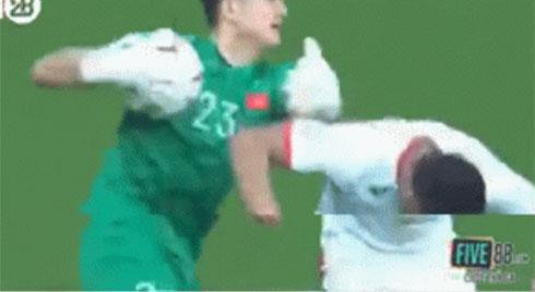 """Khoảnh khắc Đặng Văn Lâm vỗ lưng cầu thủ đội bạn được chia sẻ """"chóng mặt"""" trên MXH"""