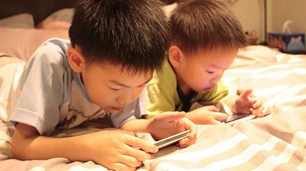Trẻ có thói quen ngồi lì trước màn hình điện thoại sẽ phải đối diện với những điều cực nguy hiểm này-1