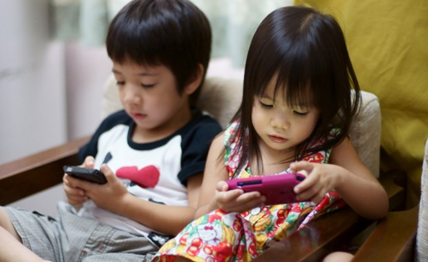 Trẻ có thói quen ngồi lì trước màn hình điện thoại sẽ phải đối diện với những điều cực nguy hiểm này-4