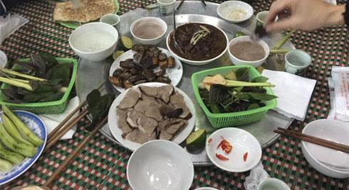 Ngôi làng ở Hà Nội ăn 4 tấn thịt chó mùng 4 Tết lấy may