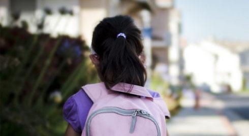 Cảnh giác khi để con tự đi học một mình