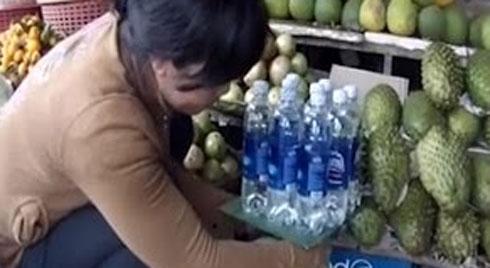 Bóc mẽ thủ đoạn cân điêu bằng…chai nước