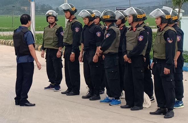 Cả trăm cảnh sát vây nhóm nghi buôn ma túy, ôm súng cố thủ trong ôtô-2