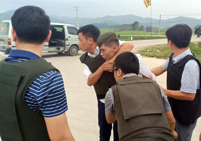 Cả trăm cảnh sát vây nhóm nghi buôn ma túy, ôm súng cố thủ trong ôtô-3