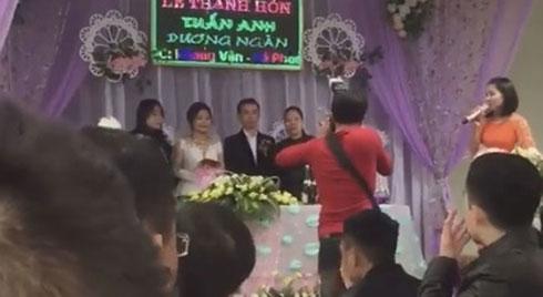 Mở nhầm bài XỔ SỐ KIẾN THIẾT trong đám cưới, nhạc công khiến dân tình chợt tỉnh 'lấy chồng như đánh một canh bạc'