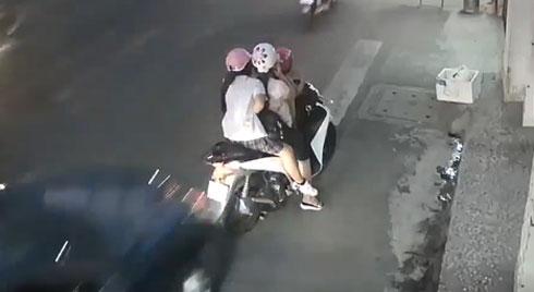 Dừng xe bên lề đường để nghe điện thoại, người phụ nữ và 2 bé gái bị ô tô hất tung