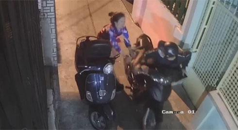 Clip: Lấy chìa khóa mở cửa vào nhà trong khi cốp xe vẫn mở, cô gái bị kẻ gian giật mất túi xách, kéo lê trên đường
