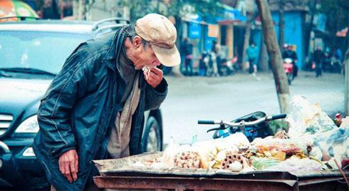 Nỗi ám ảnh suốt 9 năm của tác giả bức ảnh: Cụ ông bới xe rác tìm đồ ăn