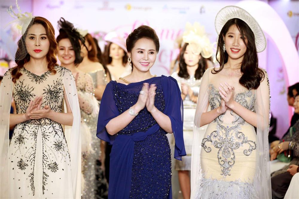 Ngắm trọn vẻ đẹp dịu dàng người con gái Việt trong thiết kế áo dài của Nữ hoàng Hoa hồng Bùi Thanh Hương-1