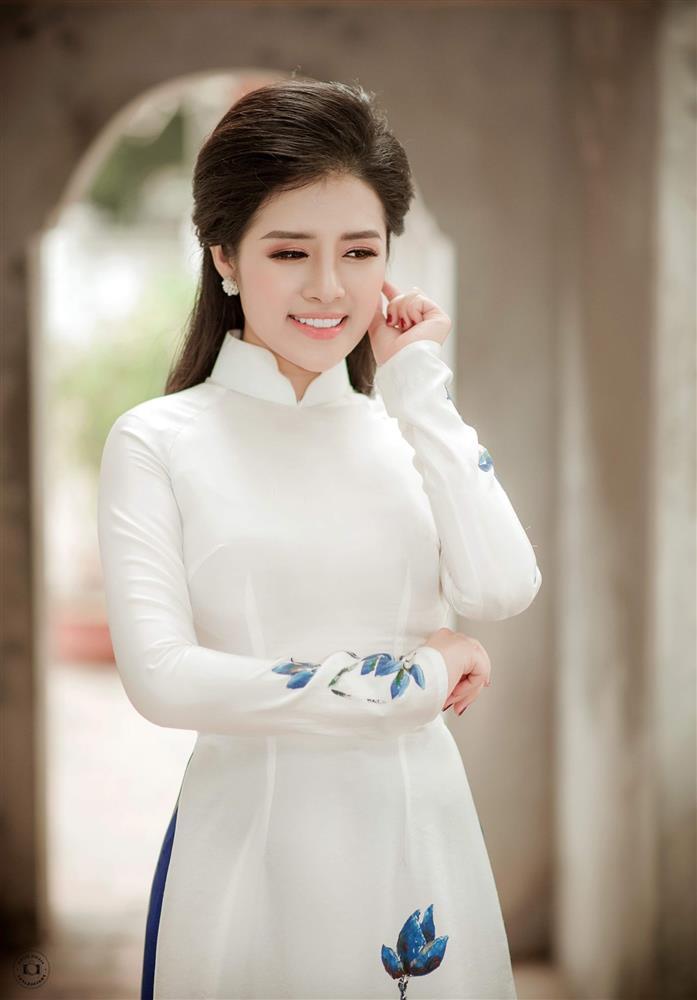 Ngắm trọn vẻ đẹp dịu dàng người con gái Việt trong thiết kế áo dài của Nữ hoàng Hoa hồng Bùi Thanh Hương-4