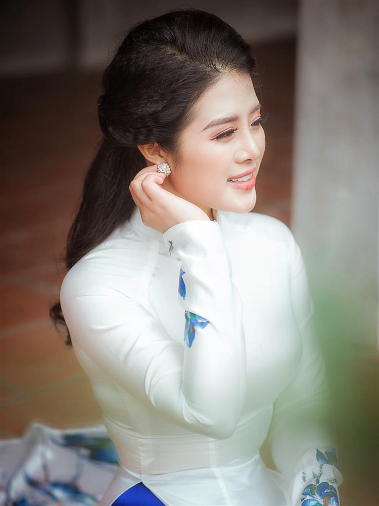Ngắm trọn vẻ đẹp dịu dàng người con gái Việt trong thiết kế áo dài của Nữ hoàng Hoa hồng Bùi Thanh Hương-8