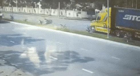 Thót tim cảnh thanh niên lao thẳng sang bên kia đường nằm gọn dưới gầm container