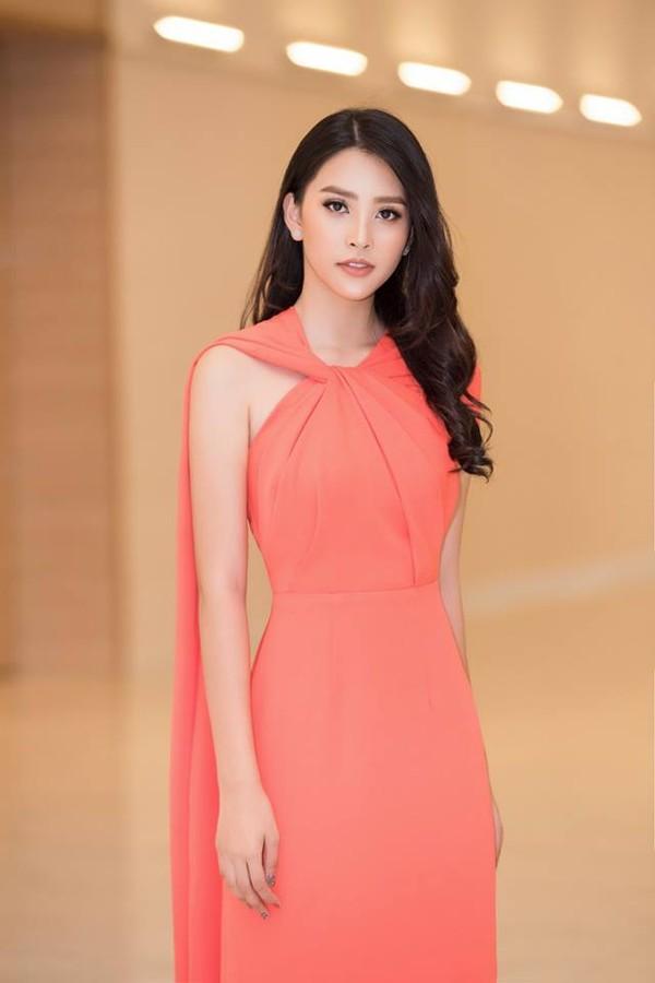 Diện mẫu váy giống Hoa hậu Đặng Thu Thảo, Tiểu Vy bất ngờ được khen đẹp hơn thiên thần tỷ tỷ-1