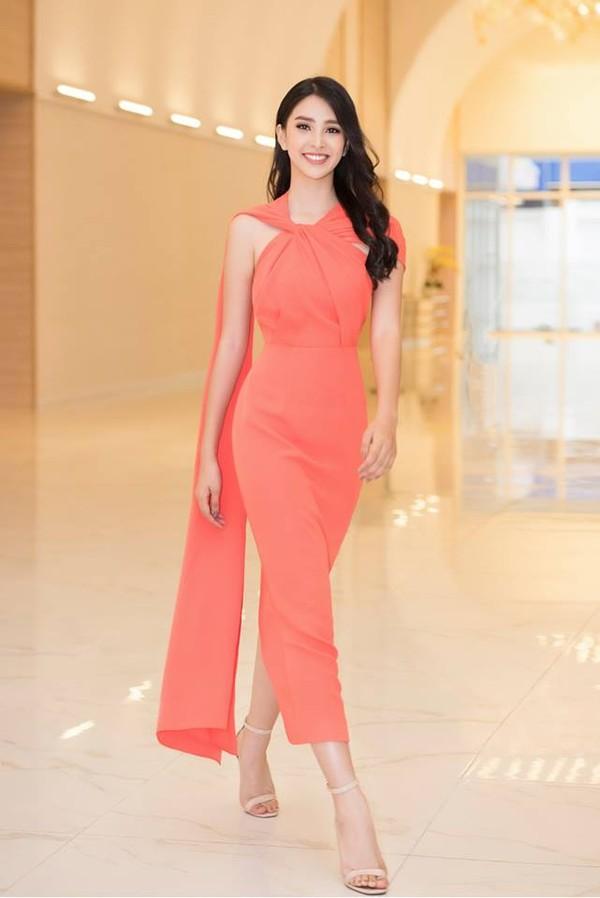 Diện mẫu váy giống Hoa hậu Đặng Thu Thảo, Tiểu Vy bất ngờ được khen đẹp hơn thiên thần tỷ tỷ-2