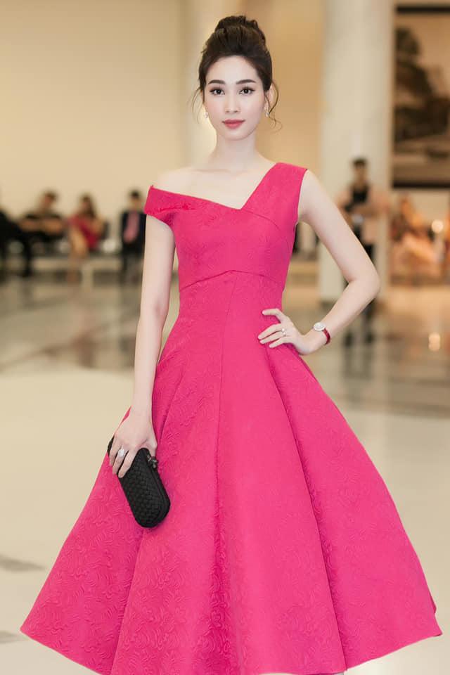 Diện mẫu váy giống Hoa hậu Đặng Thu Thảo, Tiểu Vy bất ngờ được khen đẹp hơn thiên thần tỷ tỷ-8