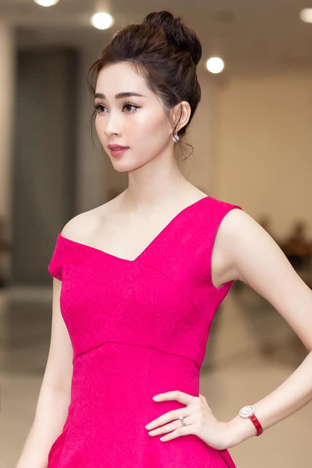 Diện mẫu váy giống Hoa hậu Đặng Thu Thảo, Tiểu Vy bất ngờ được khen đẹp hơn thiên thần tỷ tỷ-9