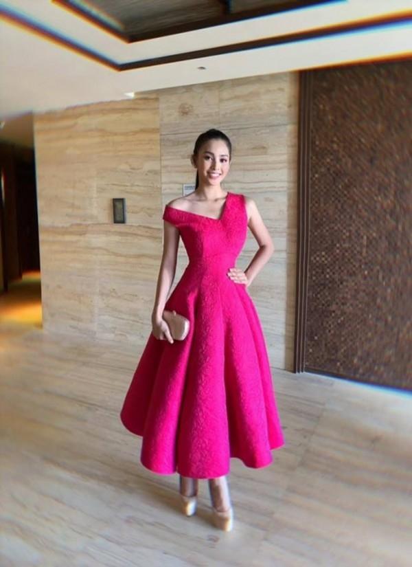 Diện mẫu váy giống Hoa hậu Đặng Thu Thảo, Tiểu Vy bất ngờ được khen đẹp hơn thiên thần tỷ tỷ-10