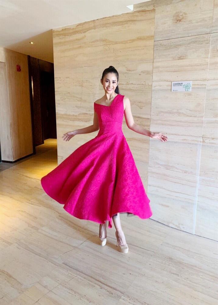 Diện mẫu váy giống Hoa hậu Đặng Thu Thảo, Tiểu Vy bất ngờ được khen đẹp hơn thiên thần tỷ tỷ-11