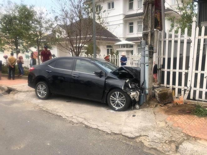 Ngồi trong ô tô đầu nát bét sau tai nạn liên hoàn, nam thanh niên vẫn lắc lư theo nhạc-1