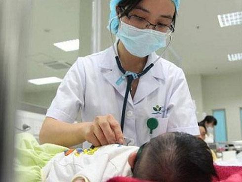 """Lo gặp tai biến, cha mẹ quyết """"tẩy chay"""" vaccine khiến con lĩnh hậu quả"""