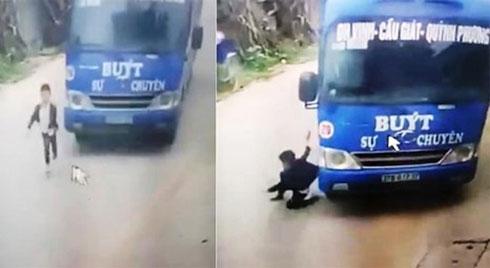 Clip: Bé trai lồm cồm đứng dậy sau pha lao sang đường ẩu rồi bị xe buýt đâm trúng khiến nhiều người hú vía