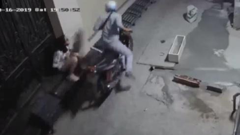 Cô gái phản xạ nhanh như chớp khiến tên cướp ra về trắng tay
